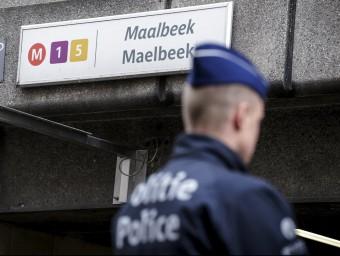 Un policia, vigilant l'estació de Maalbeek, que dimarts va patir un atemptat gihadista REUTERS
