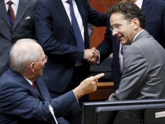 El president de l'Eurogrup, Jeroen Dijsselbloem (dreta) parla amb l'alemany Wolfgang Schaeuble.  REUTERS
