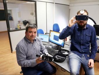 Luismi Aras, junt a un dels empleats de la firma, amb unes ulleres de realitat virtual.  ANDREU PUIG