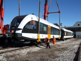 Els nous trens de fabricació suïssa Stadler sèrie 331, el dia que van ser dipositats a la via.  Foto:ARXIU