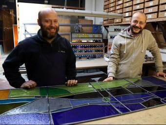 Mostra de diversos vitralls realitzats per l'empresa aviat centenària JM Bonet. Luard i Jordi Bonet, segona generació familiar al taller que tenen al barri de Gràcia.  Foto:ARXIU JUANMA RAMOS