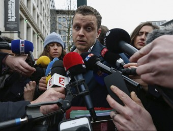 Cedric Moisse, assistent de Sven Mary, l'advocat d'Abdeslam, explica als mitjans la decisió de traslladar el seu client a França EFE