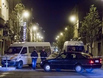Efectius de les forces de seguretat belga desplegats al barri d'Anderlecht, on es va efectuar un dels operatius antiterroristes d'aquest divendres a Brussel·les EFE