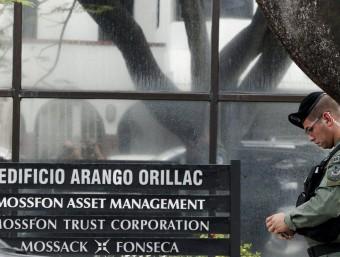 Un agent de policia davant les oficines del bufet Mossack Fonseca REUTERS