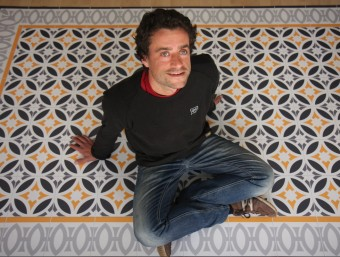 Eloi Rossinés és l'impulsor d'Hidraulik, que fa catifes inspirades en paviment modernista.  FRANCESC MUÑOZ