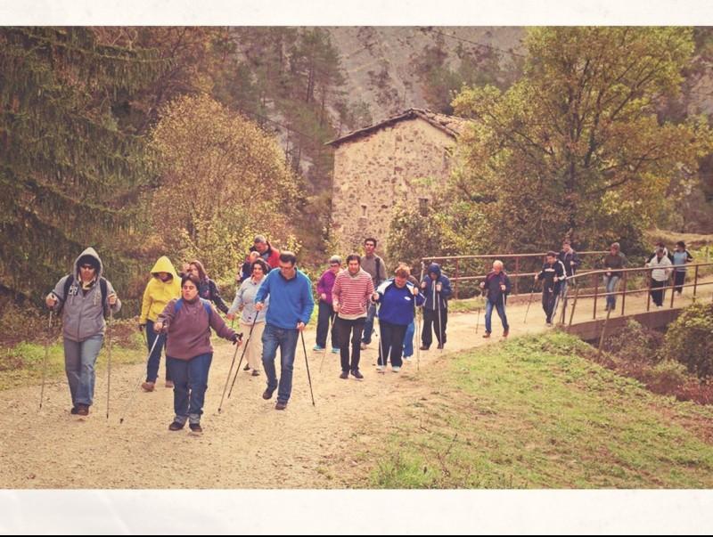 Imatge d'una activitat de marxa nòrdica organitzada per Salut Rural al Berguedà.  ARXIU