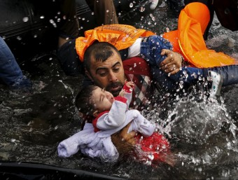 Una de les imatges, de Yannis Behrakis del 24 de setembre de 2015 a Lesbos, sobre la cobertura de la crisi dels refugiats que comparteix el premi Pulitzer de Reuters i New York Times. REUTERS/Yannis Behrakis