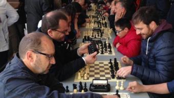 Jugadors d'escacs, sota el porxo d'entrada a l'ajuntament de Figueres. J. PUNTÍ