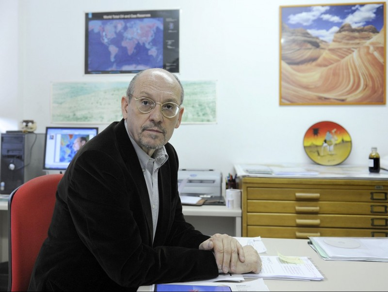 Mariano Marzo, al seu despatx de la Facultat de Geologia.  JOSEP LOSADA
