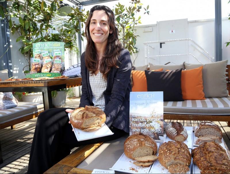 Cristina Davins, consellera delegada de Forns Enrich, amb alguns dels seus pans.  Foto:ANDREU PUIG