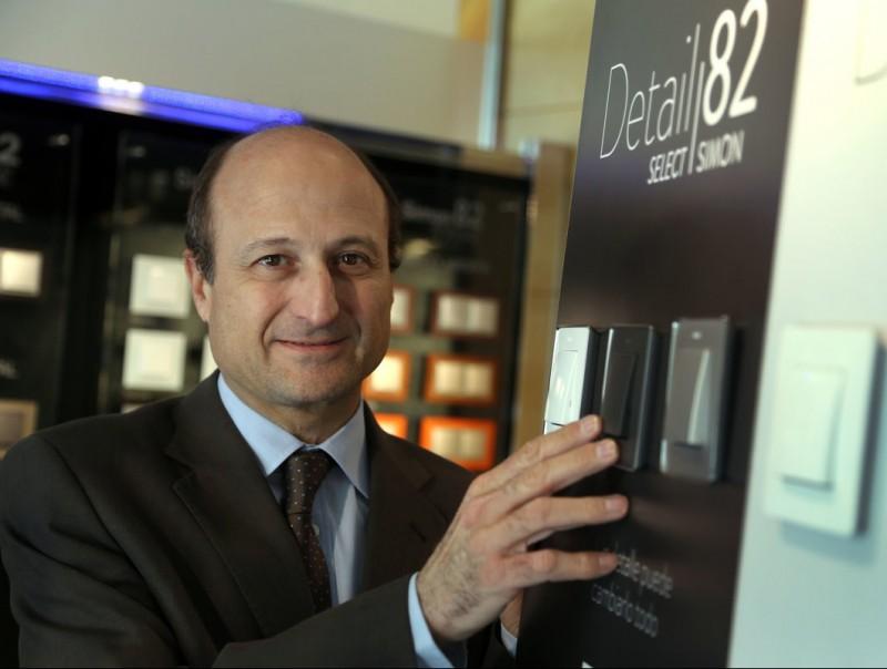 Luís Lopezbarrena, director general de Simon, amb els productes més identificatius del grup: els seus interruptors i endolls.  Quim Puig