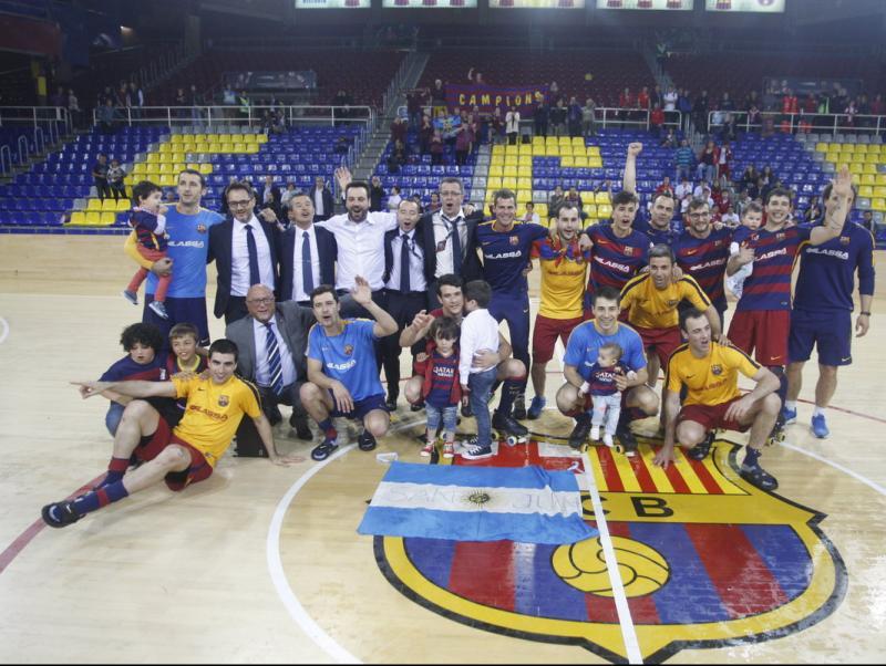 Els blaugrana, al mig de la pista, celebrant el títol un cop van saber el resultat de l'Igualada-Liceo ORIOL DURAN