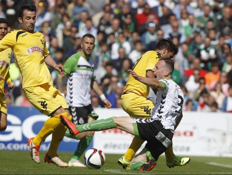 Migue García, caient al terra, en l'eliminatòria de campions contra el Reus MONTAÑÉS