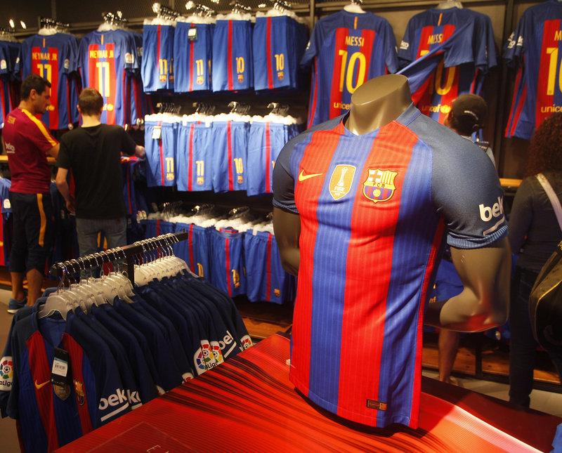 69e2291d63d6d La samarreta de la propera temporada va ser l objecte de desig de tothom  qui va visitar ahir la botiga del Camp Nou