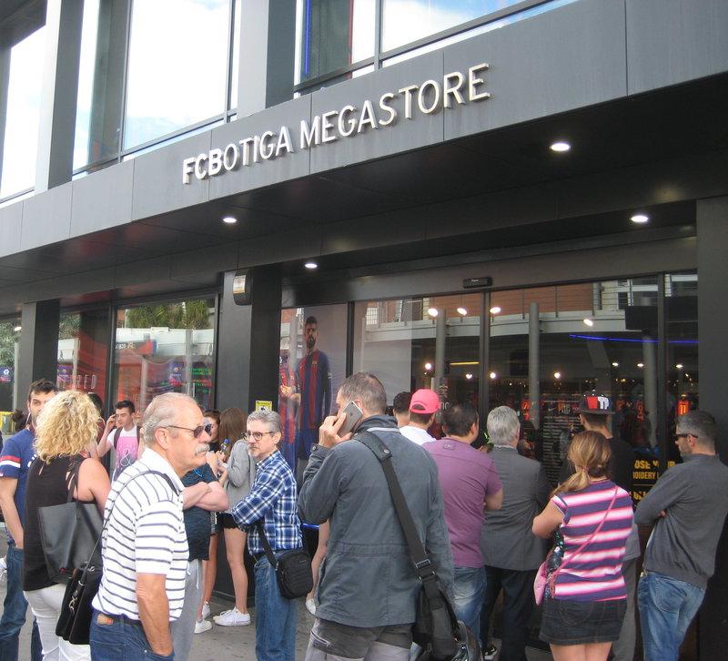 La samarreta de la propera temporada va ser l objecte de desig de tothom  qui va visitar ahir la botiga del Camp Nou 7f74fd2c5d6
