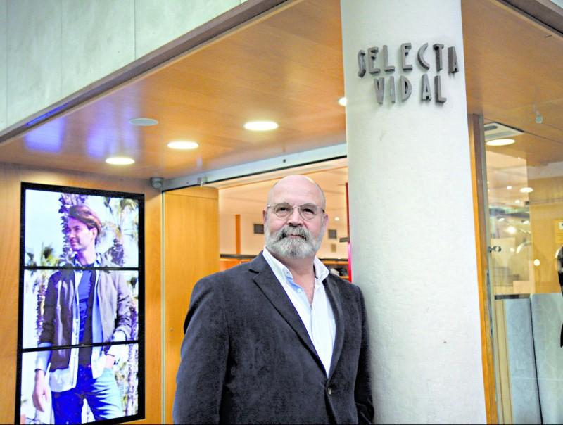 Xavier Vidal, director general, a l'entrada de Selecta Vidal, la botiga del centre de Badalona.  FRANCESC MUÑOZ