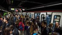 Aglomeració a les andanes durant una vaga al metro