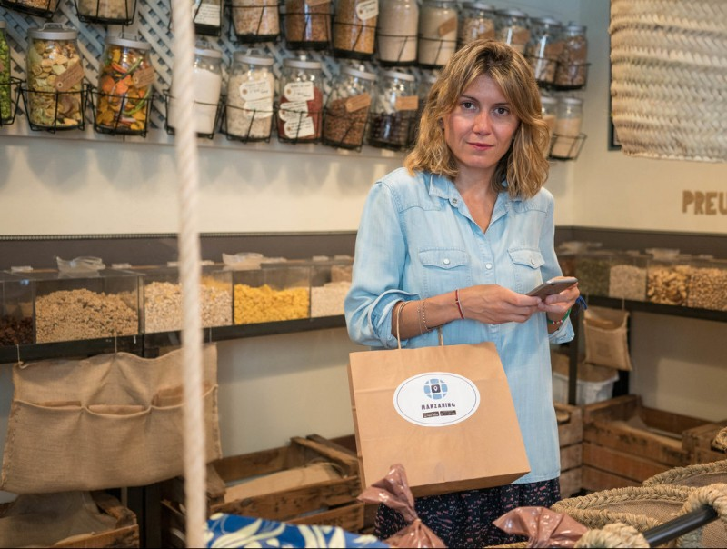 Eva Tomàs, en una de les botigues afiliades a Manzaning.  L'ECONÒMIC
