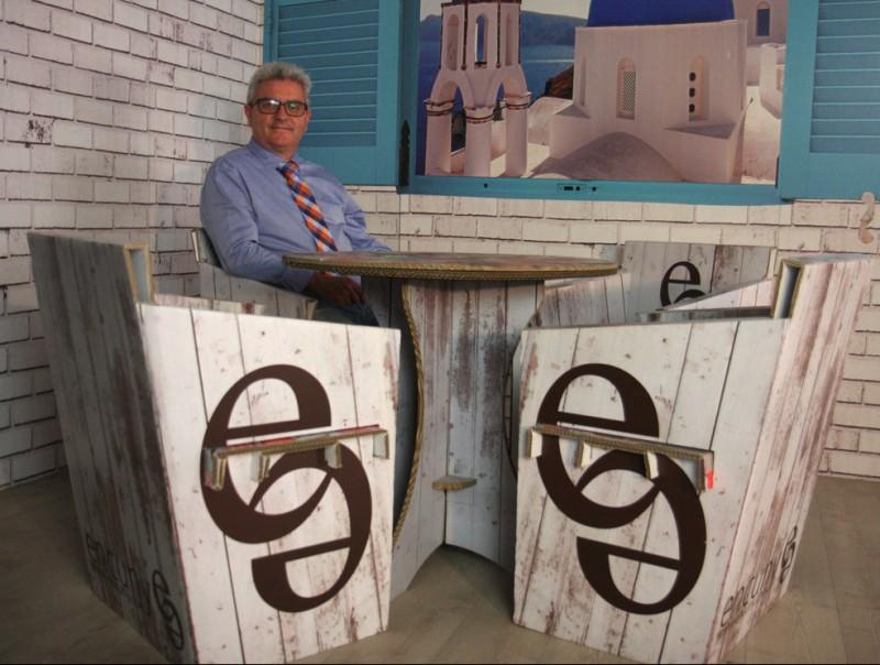 Ricard Xavier Rodríguez envoltat d'alguns dels mobles que comercialitza per Internet.  FRANCESC MUÑOZ
