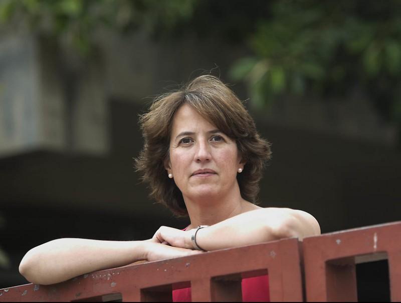 Elisenda Paluzie, degana d'Economia i Empresa de la UB, als jardins de la facultat a la Diagonal de Barcelona.  Foto:JOSEP LOSADA