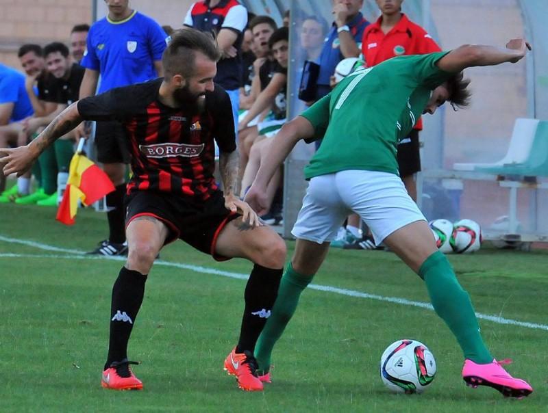 Ángel intenta aturar un futbolista de l'Ascó en l'amistós de dissabte passat CF REUS DEPORTIU