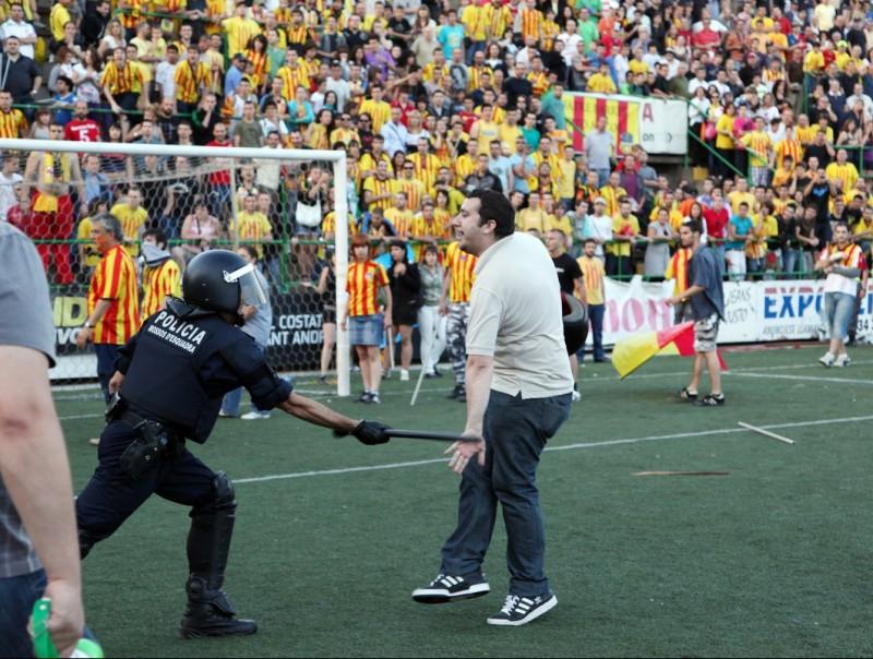 Un seguidor del Sant Andreu colpejat pels Mossos en el partit al Narcís Sala al 2010 Foto:A. PUIG