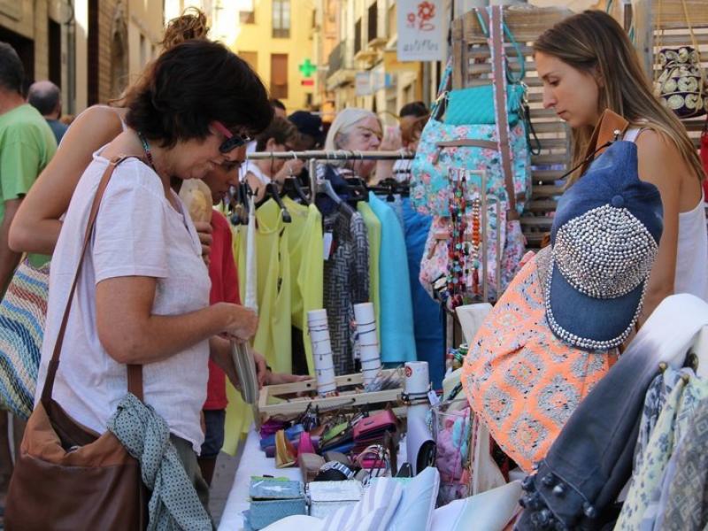 Botiguers de Tremp participen en la jornada Botigues al Carrer, per promocionar el comerç del municipi, l'agost passat.  LLORENS UBACH / ARXIU