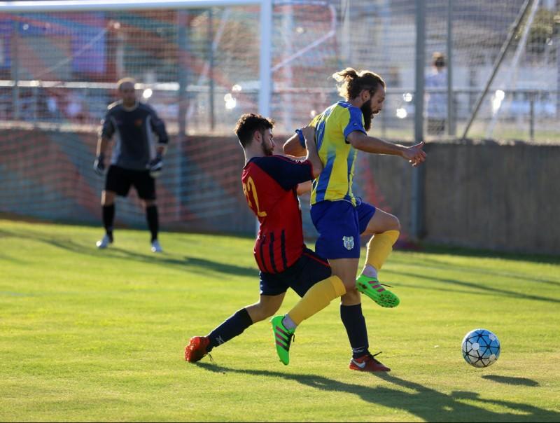 Serramitja disputa una pilota en el matx d'ahir Foto:QUIM PUIG