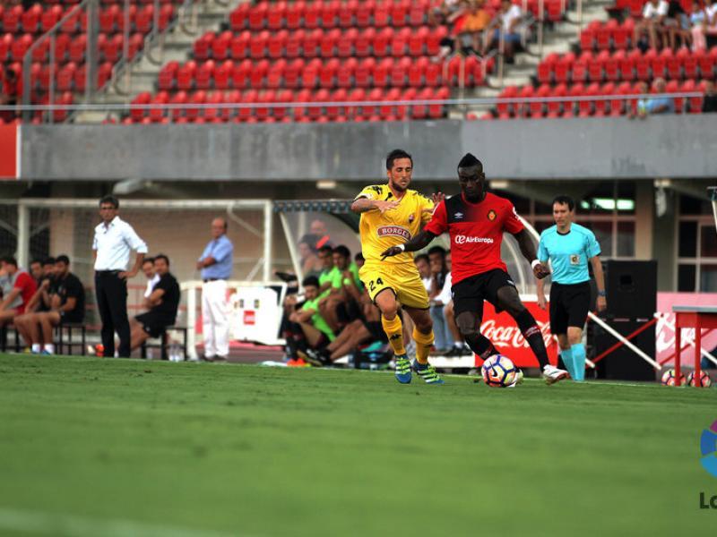 Miramón pressiona  Lago Júnior, en el Mallorca-Reus de lliga LFP