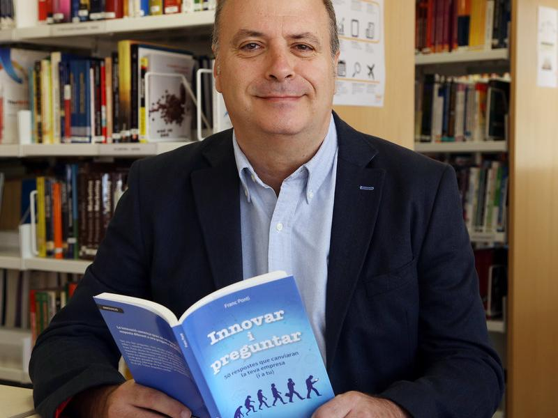 Franc Ponti, aquí a la biblioteca de l'escola de negocis EADA, és professor del GIMCE, Global Innovation Management.  ANDREU PUIG