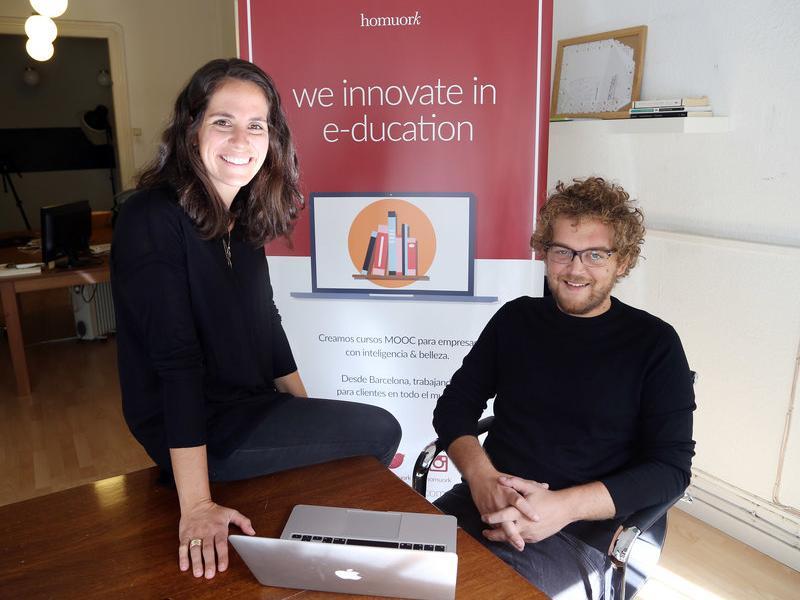Alexandra Maratchi i Xavier Orri, dos socis de Homuork a les oficines de Barcelona.  ANDREU PUIG