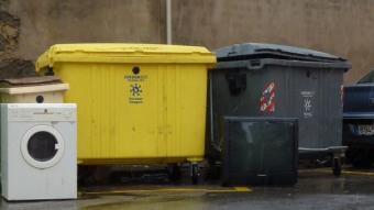 Electrodomèstics llençats a les escombraries, en una imatge de Vidreres O. PINILLA / ARXIU