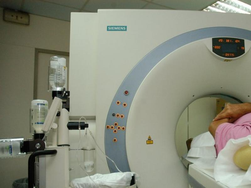 Un pacient, en un aparell de diagnosi per la imatge, a l'Hospital de la Vall d'Hebron de Barcelona.  Foto:ARXIU