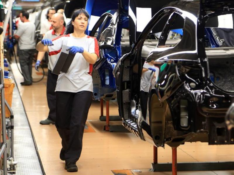 Treballadors a la cadena de muntatge de l'empresa automobilística Seat.  ARXIU