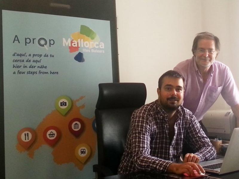 En Toni (dret) i l'Arnau Mas, al seu despatx, a Palma.  Foto:L'ECONÒMIC
