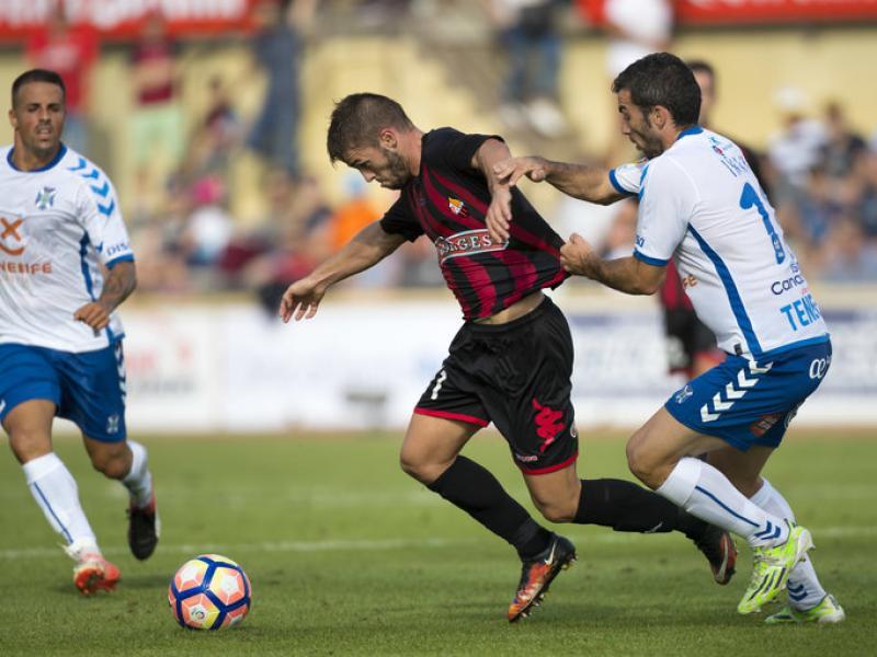 Iñaki agafa Carbia de la samarreta en una acció del partit d'ahir entre el Reus i el Tenerife JOSÉ CARLOS LEÓN
