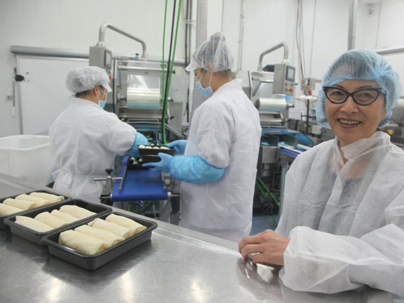 Kav Ly a la planta de producció de rotlles de primavera de l'Hospitalet.  JUDIT FERNÁNDEZ