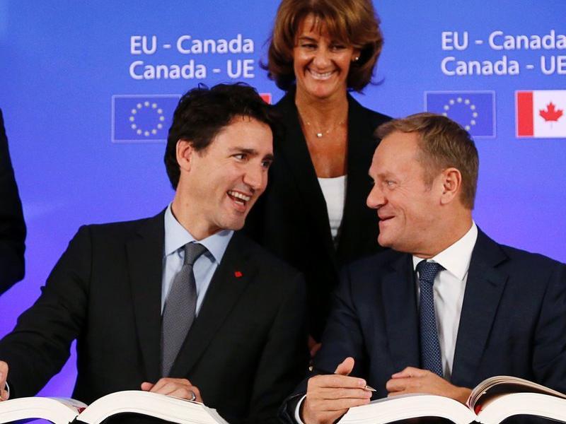 El primer ministre canadenc, Justin Trudeau, parla amb el president del Consell, Donald Tusk.  AFP
