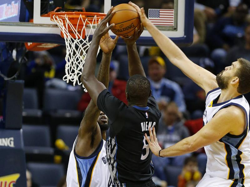 Marc Gasol posa un tap a Gorgui Dieng MIKE BROWN / EFE
