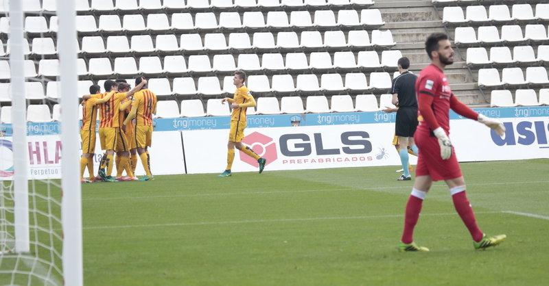 Els jugadors del Barça celebren la primera diana de Cardona JORDI  ECHEVARRÍA. 83596aa3b7b60