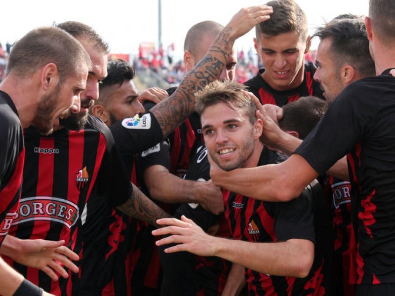 Fran Carbia, felicitat pels seus companys després de marcar el gol contra el Nàstic Foto:JUDIT FERNÀNDEZ