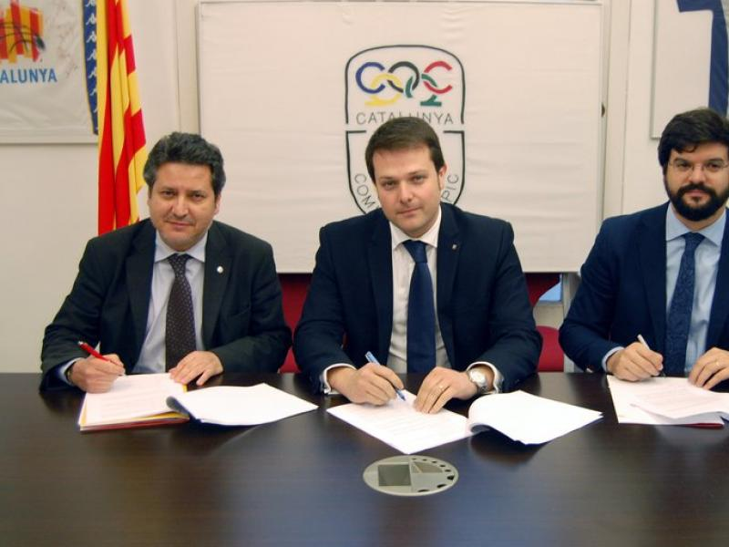 Vinyals, Figueras i Esteva, en l'acte d'ahir, signant el pacte per una candidatura conjunta Foto:UFEC