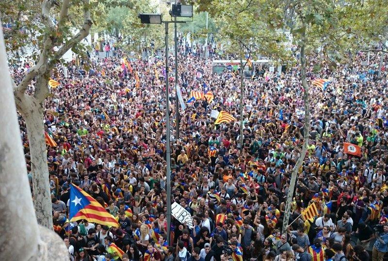 22 set 2017 els estudiants ocupen la universitat de - Placa universitat barcelona ...