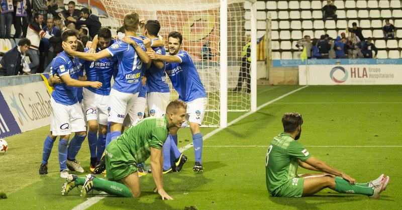 Els jugadors del Lleida celebren un dels quatre gols que van fer en la  segona part bd2603f645f45