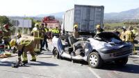 Bombers i Mossos d'Esquadra, treballant en un accident de trànsit a la carretera C-37, al seu pas per Valls