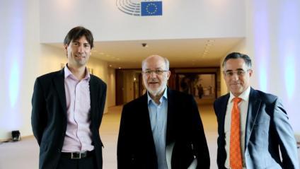 Els eurodiputats catalans Jordi Solé, Josep Maria Terricabras (ERC) i Ramon Tremosa (PDeCAT) han impulsat la pregunta a l'eurocambra