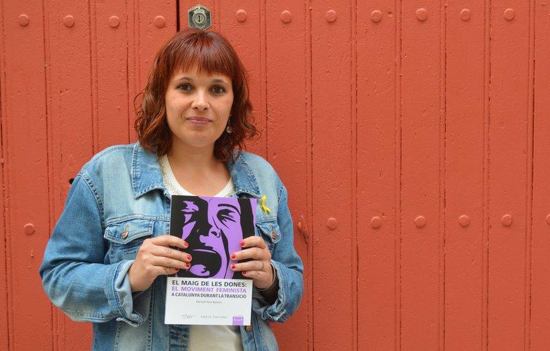 Imatge de l'escriptora amb el seu llibre.