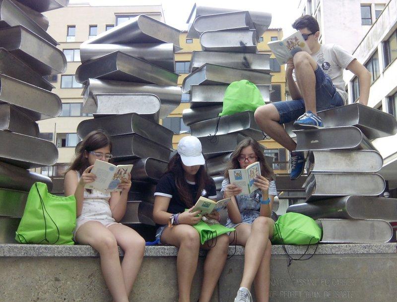 Imatge d'uns nois, llegint a la plaça Josep Pla, l'edició passada.