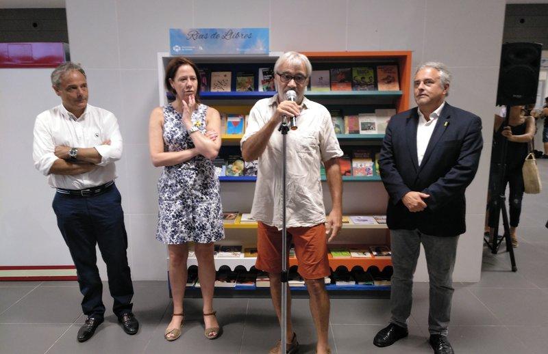 Llibres per a tothom  L'expositor de l'estació d'autobusos, amb Carles Ribas, Marta Madrenas, Jordi Artigal i Enric Ticó X.C.