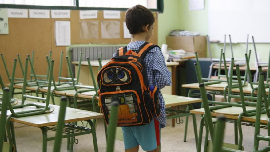 Un alumne arriba a l'escola,</b> Imatge d'arxiu de l'inici de curs al CEIP Sant Salvador de Tarragona.
